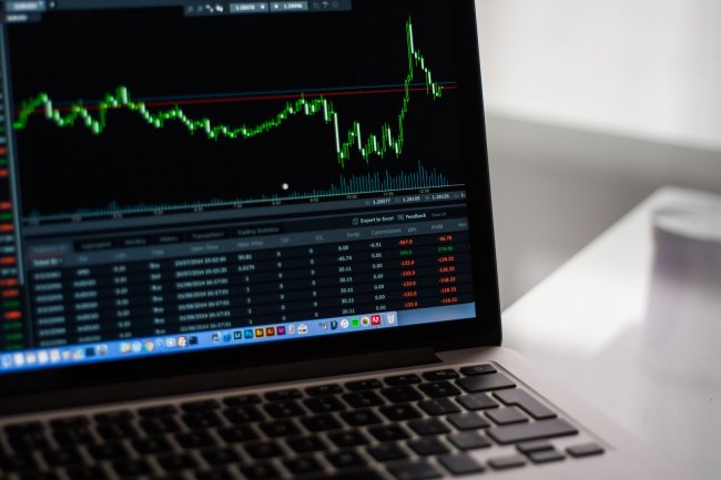 Waarom stijgen of dalen aandelen?